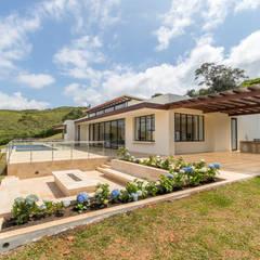 casa de campo calima : Casas de estilo  por astratto