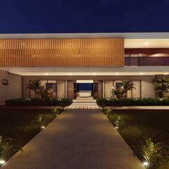 Vista Frontal: Casas pré-fabricadas  por Vortice Arquitetura