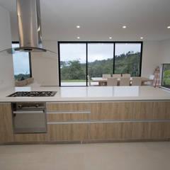 Casa de campo / lopez : Cocinas integrales de estilo  por astratto