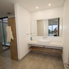 Casa de campo / lopez : Baños de estilo moderno por astratto
