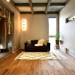 透け天井から光を取り込むリビング: タイコーアーキテクトが手掛けたリビングです。