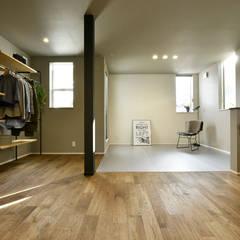 東向き都市型コンパクトハウス「土間と透け天井の家」: タイコーアーキテクトが手掛けた寝室です。,インダストリアル
