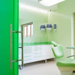 sala verde: Cliniche in stile  di M2Bstudio