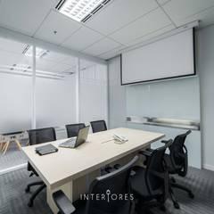 Ruang Meeting (Kecil):  Kantor & toko by INTERIORES - Interior Consultant & Build