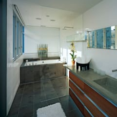Riggs Place Residence:  Bathroom by KUBE Architecture, Modern