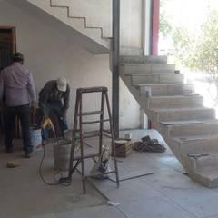 REMODELACION TALLER: Escaleras de estilo  por DALSE Construccion & Remodelación