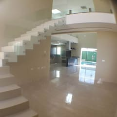 Sobrado em condomínio horizontal: Escadas  por Aline Monteiro