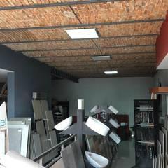 AREA DE EXHIBICION: Centros de exhibiciones de estilo  por PESA ARQUITECTOS