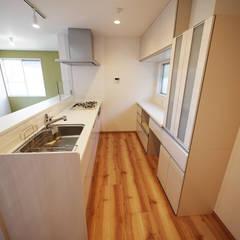 色彩豊かな南欧風の家: セイワビルマスター株式会社が手掛けたキッチン収納です。