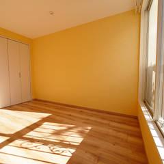 色彩豊かな南欧風の家: セイワビルマスター株式会社が手掛けた寝室です。