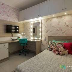Dormitório feminino infantil: Quarto infantil  por Camarina Studio