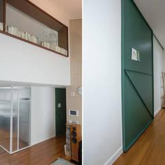 가족의 개성을 담은 거울 같은 집_광교한양수자인인테리어 : (주)바오미다의  복도 & 현관