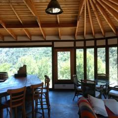 Interiores Casa Madera Adobe: Comedores de estilo  por Construyendo Reciclando