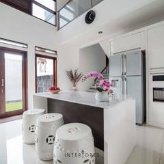 Greta90: Dapur oleh INTERIORES - Interior Consultant & Build, Modern