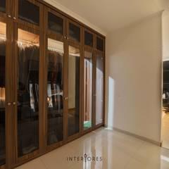 Greta90: Ruang Ganti oleh INTERIORES - Interior Consultant & Build, Modern