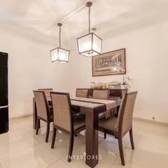 Greta90: Ruang Makan oleh INTERIORES - Interior Consultant & Build,