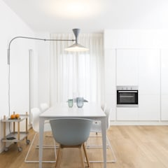 Plywood Apartment: Cucina in stile  di studio wok