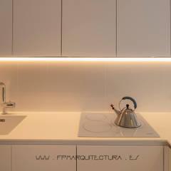 J&J  Apartment  Sitges  Barcelona: Módulos de cocina de estilo  de FPM Arquitectura