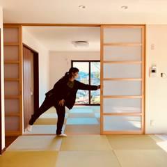 B house: トラス・アーキテクト株式会社が手掛けたドアです。,モダン