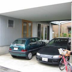 鵠沼海岸 光と風の家: ミナトデザイン1級建築士事務所が手掛けたカーポートです。