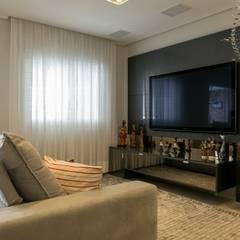 Apartamento 05: Salas multimídia  por P.B Arquitetura