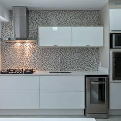 Apartamento 05: Armários e bancadas de cozinha  por P.B Arquitetura