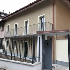 Facciata ingresso su strada: Casa unifamiliare in stile  di Cozzi Arch. Mauro
