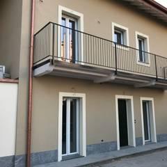 Facciata su cortile interno: Casa unifamiliare in stile  di Cozzi Arch. Mauro
