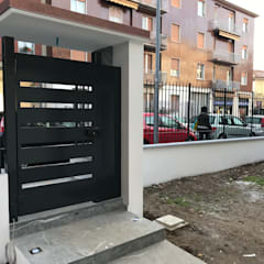 Cancello pedonale d'ingresso: Casa unifamiliare in stile  di Cozzi Arch. Mauro