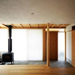 リビングから繋がる広い土間: kisetsuが手掛けた廊下 & 玄関です。