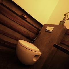 POWDER ROOM 2:  Bathroom by de square