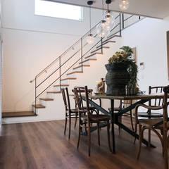 手摺のデザインによってアンティークとも相性よく開放感が増します。: LobeSquareが手掛けた階段です。