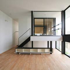 白い四角い箱型の家: 石川淳建築設計事務所が手掛けたリビングです。