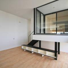 白い四角い箱型の家: 石川淳建築設計事務所が手掛けたサンルームです。