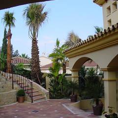 Patio de Acceso a Villa de Estilo Andaluz: Casas unifamilares de estilo  de GM architecture solutions
