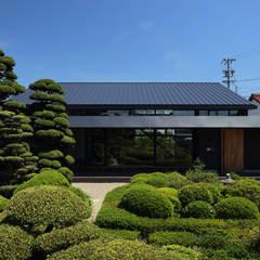 地域に溶け込む庭園とファサード: (株)建築デザイン研究所が手掛けた家です。