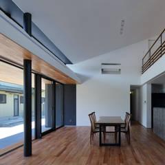 リビングからダイニングを見る: (株)建築デザイン研究所が手掛けたダイニングです。