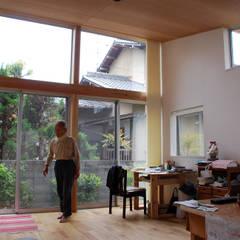 Livingroom full of sunlight: 丸菱建築計画事務所 MALUBISHI ARCHITECTSが手掛けた樹脂サッシです。