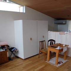 Tiny house for elderly couple: 丸菱建築計画事務所 MALUBISHI ARCHITECTSが手掛けた樹脂サッシです。