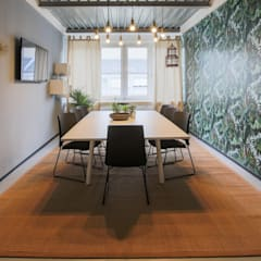 Meeting room - Welcome to the Jungle- jungle wallpaper Ausgefallene Arbeitszimmer von Ivy's Design - Interior Designer aus Berlin Ausgefallen Holz-Kunststoff-Verbund
