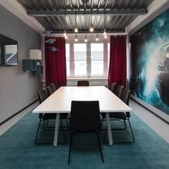 Meeting room - Shoot for the Moon, with turquoise wallpapers Moderne Wände & Böden von Ivy's Design - Interior Designer aus Berlin Modern Beton
