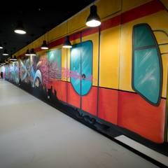 Graffiti art hallway Moderne Wände & Böden von Ivy's Design - Interior Designer aus Berlin Modern Beton