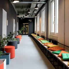 Memphis 80s design color palette hallway lounging area Moderner Flur, Diele & Treppenhaus von Ivy's Design - Interior Designer aus Berlin Modern Holz-Kunststoff-Verbund