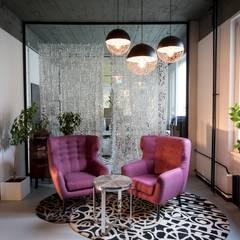 Reception area with pink armchairs, airy curtains and an 80s patterned rug Moderne Wohnzimmer von Ivy's Design - Interior Designer aus Berlin Modern Holz-Kunststoff-Verbund