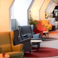 Co- working area color block armchairs: modern  von Ivy's Design - Interior Designer aus Berlin,Modern Holz-Kunststoff-Verbund