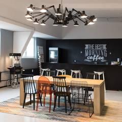 Kitchen and bar and a space age lamp: modern  von Ivy's Design - Interior Designer aus Berlin,Modern Holz-Kunststoff-Verbund