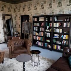 Brown leather sofas and wooden classical bookshelves von Ivy's Design - Interior Designer aus Berlin Rustikal Leder Grau