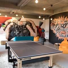 The table tennis and colorful wall art activity room Moderne Wände & Böden von Ivy's Design - Interior Designer aus Berlin Modern Beton
