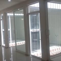 CLINICA DENTAL: Puertas de estilo  por DALSE Construccion & Remodelación