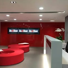 Reception Area - TV wall:  Offices & stores by FINGO DESIGN & ASSOCIATES LTD.